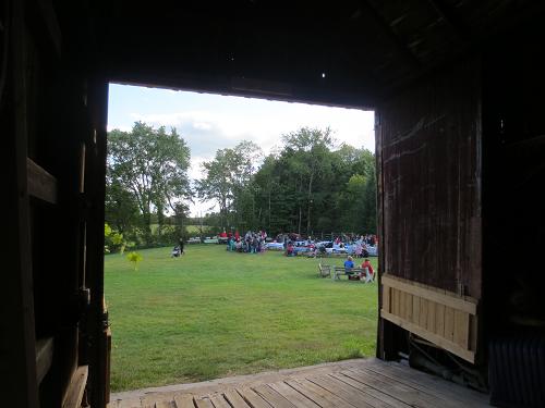 Par la porte de grange - View From the Barn