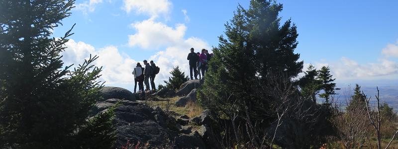 Randonneurs au sommet - Hikers at the Top_S